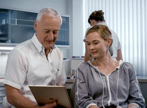 Dr. Rüdiger Hansen bei der Patientenberatung.