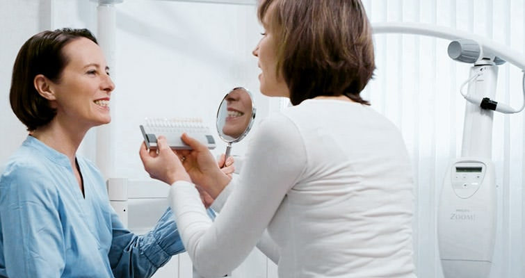 Unsere zahnmedizinische Prophylaxeassistentin (ZMP) bei der Bleaching-Vorbereitung. / Dr. Rüdiger Hansen, Zahnarzt München