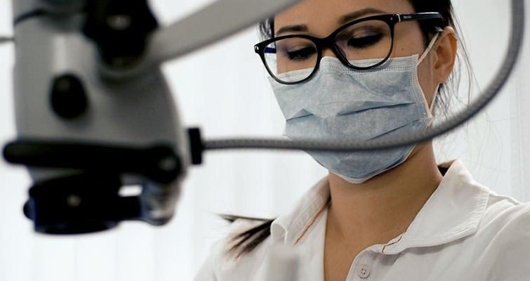Assistenz unserer ZMA während der Endodontie. / Dr. Rüdiger Hansen, Zahnarzt München